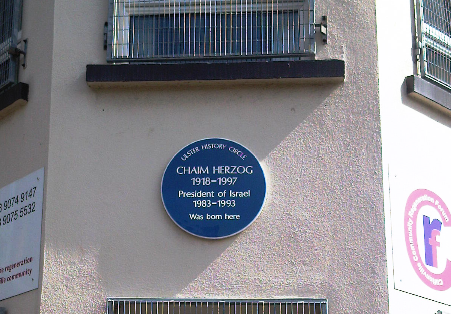 A plaque marking former Israeli president Chaim Herzog's Belfast birthplace, before its removal. (Wikimedia Commons)
