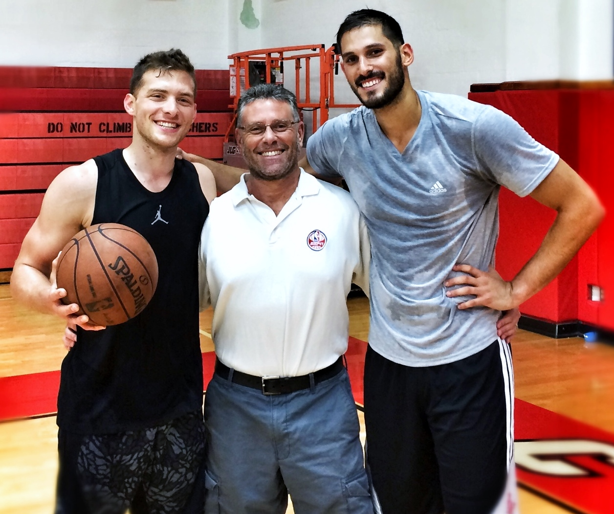Trainer David Thorpe is flanked by two of his pupils, Israeli NBAers Gal Mekel, left, and Omri Casspi. (Courtesy David Thorpe)