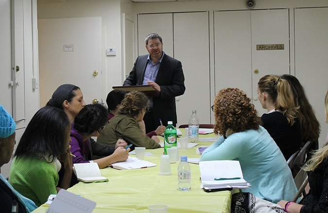 Rabbi Maury Kelman leads an Orthodox conversion class in New York. (Uriel Heilman)