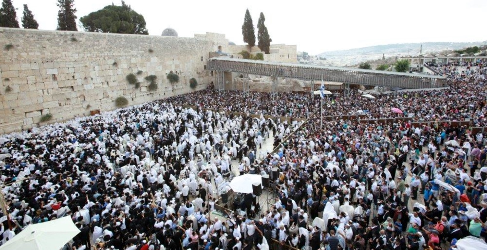 Tens of thousands of Jewish worshippers at the Western Wall offering Sukkot prayers, Oct. 12, 2014. (Courtesy Office of the Rabbi of the Western Wall)