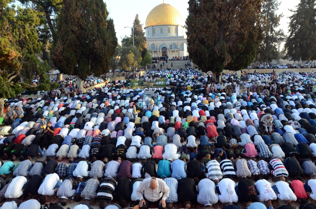 Rabbi Steven Pruzansky's deleted blog post suggested relocating the Al Aqsa Mosque from the Temple Mount. Thousands of Muslims perform the Eid prayers marking the end of the holy Muslim month of Ramadan, there, July 28, 2014. (Sliman Khader/Flash90)
