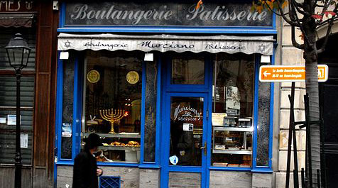 A Jewish bakery on Rue de Rosiers in The Marais (Wikimedia Commons)