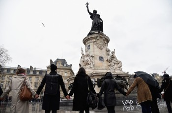 People circle around the Place de la Republique at midday on Jan. 8 in solidarity with victims of   Wednesday's terrorist attack in Paris, France. (Photo by Pascal Le Segretain/Getty Images)