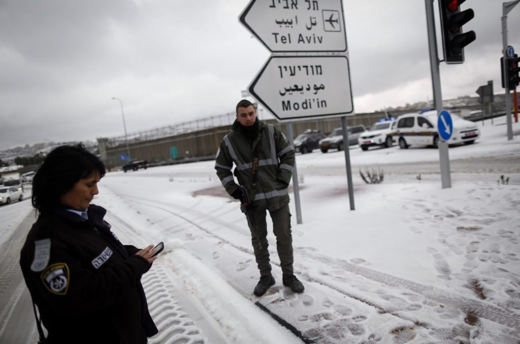 The 443 road to Jerusalem closed due to snow, Jan. 7, 2015. (Yonatan Sindel/Flash90)