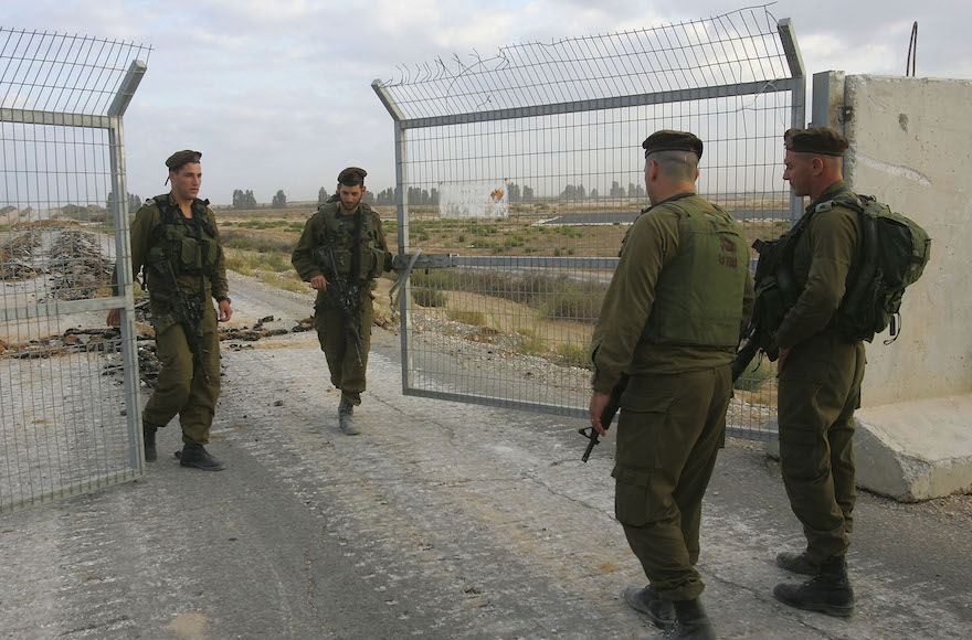 Israeli army officers close the Kerem Shalom border gate on September 12, 2005. (David Silverman/Getty Images))