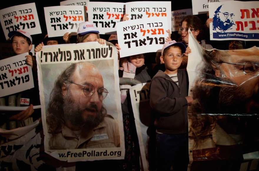 Israelis calling for the release of convicted spy Jonathan Pollard during President Obama's visit to Jerusalem in 2013. (Uriel Sinai/Getty Images)