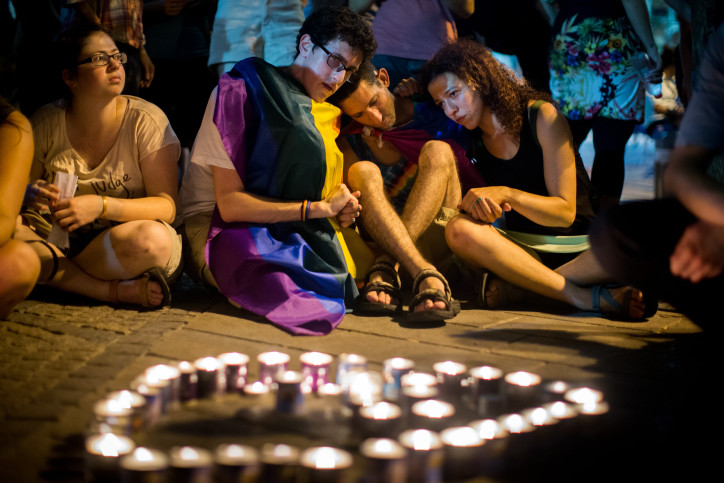 Some of the participants mourning at a Jerusalem vigil for Shira Banki, the teenager who died three days after being stabbed at the Jerusalem gay pride parade, Aug. 2, 2015. (Yonatan Sindel/Flash90)
