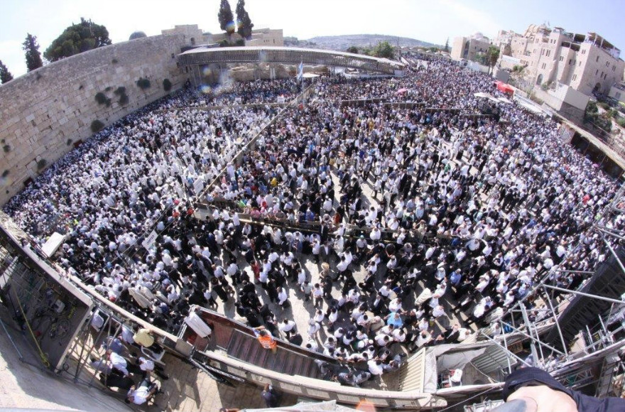 Thousands gather at the Western Wall on Sept. 30, 2015 to receive the Priestly Blessing on the Sukkot holiday. (Photo/ Courtesy Western Wall Heritage Foundation)