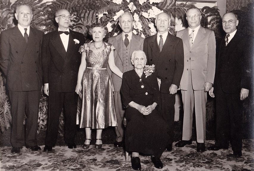 Seven of the nine Wender siblings assembled on March 23, 1953, at a Jewish social hall in Atlanta for the wedding of Jan Harris Rabinowitz's parents. (Courtesy of Jan Harris Rabinowitz)