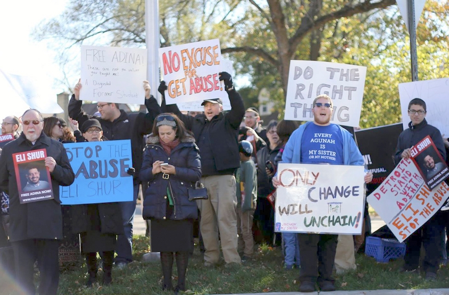 Demonstrators rally at the home of Eli Shur near Dayton, Ohio, Nov. 8, 2015. (Dayton Jewish Observer)