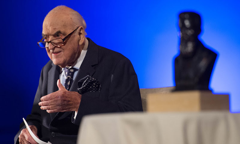 Lord Weidenfeld being presented with the WJC Theodor Herzl Award at the Victoria & Albert Museum in London, April 27, 2015 (Shahar Azran/World Jewish Congress)