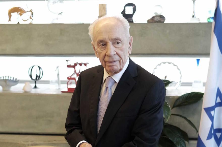 Shimon Peres in Tel Aviv, Nov. 30, 2015. (Tomer Neuberg/FLASH90)