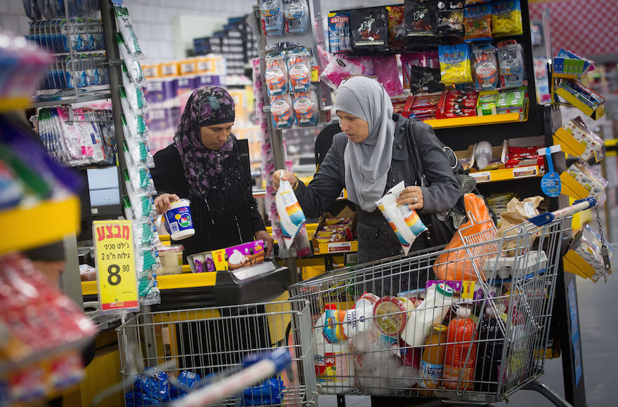 Israeli Arabs shopping at the Arab-owned King Store supermarket chain in Beer Sheva, July 27, 2015. (Miriam Alster/Flash90)