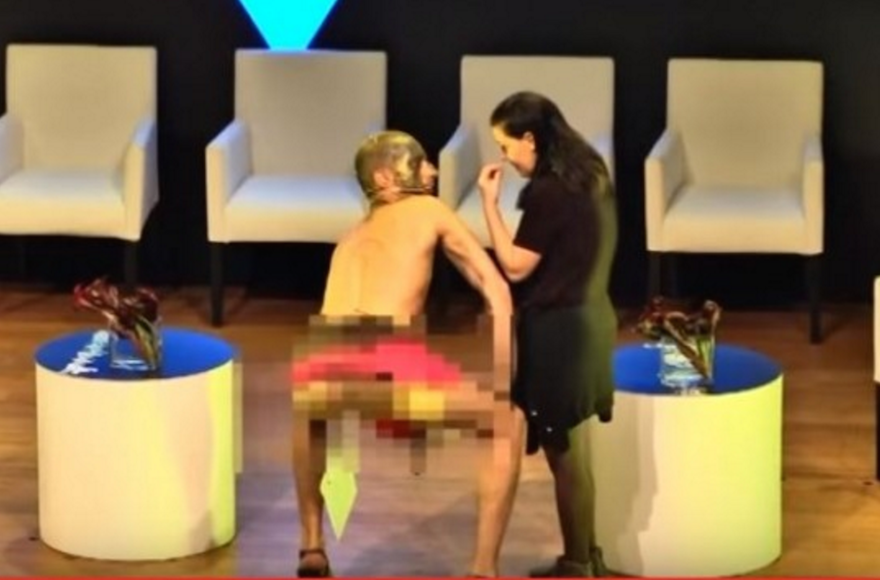 Performance artist Ariel Bronz at the Haaretz Conference in Tel Aviv, March 6, 2016. (Screenshot from YouTube)