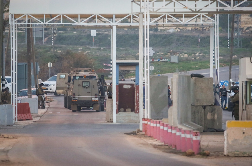 Israeli soldiers at a checkpoint near the Beit El settlement in the West Bank, Jan. 26, 2016. (Flash90)
