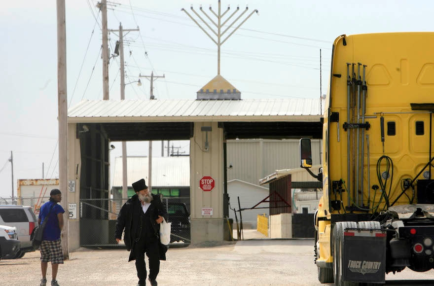 Rabbi Spitzer, center, leaving the Agriprocessors kosher meant plant, in Postville, Iowa, April 22, 2009. (Alex Garcia/Chicago Tribune/MCT)
