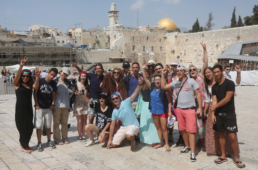 Taglit Birthright participants visiting the Western Wall in the Old City of Jerusalem, Aug. 18, 2014. (Flash90)
