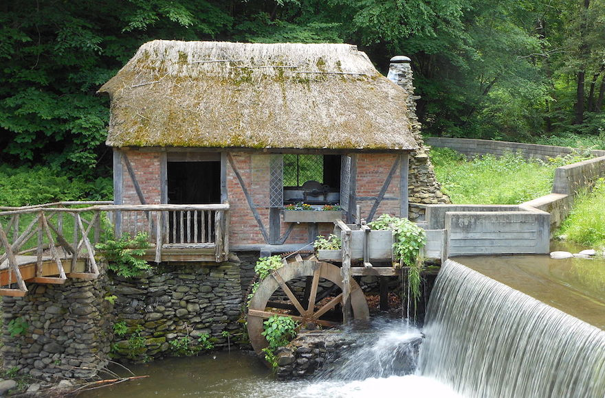 The mill wheel at the historic Gomez Mill House in Newburgh, New York. (Wikimedia Commons)