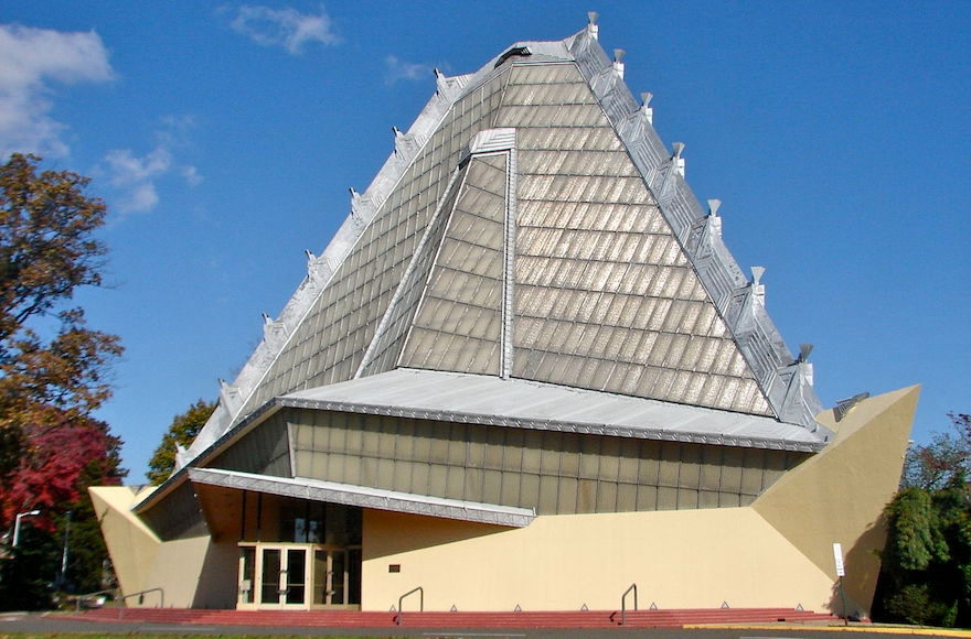 An exterior shot of the Beth Sholom synagogue. (Wikimedia Commons)