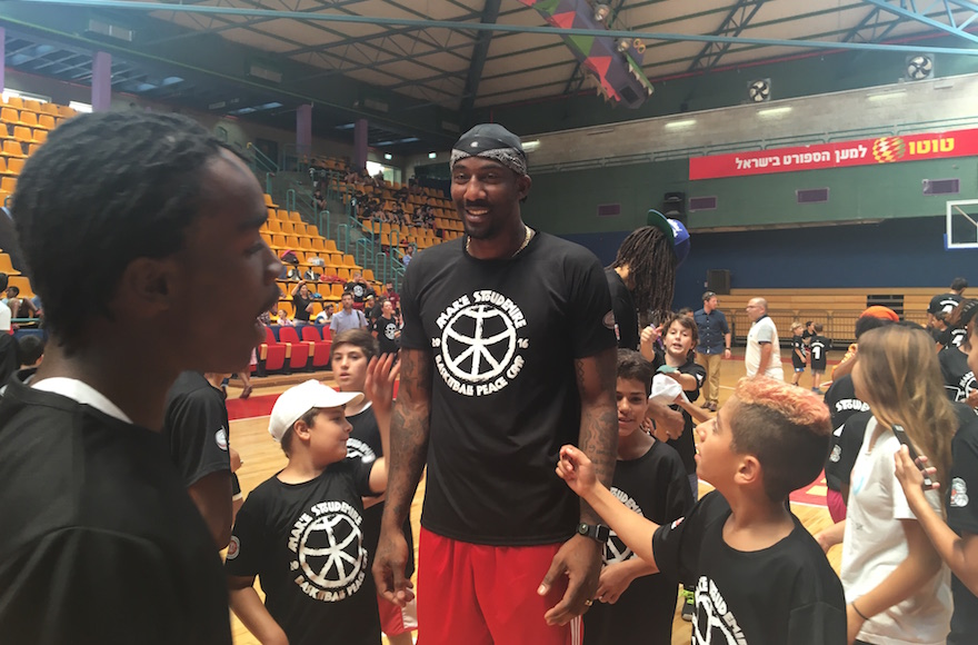 Amar'e Stoudemire leading a kids' basketball camp in Jerusalem, Aug. 8, 2016 (Andrew Tobin)