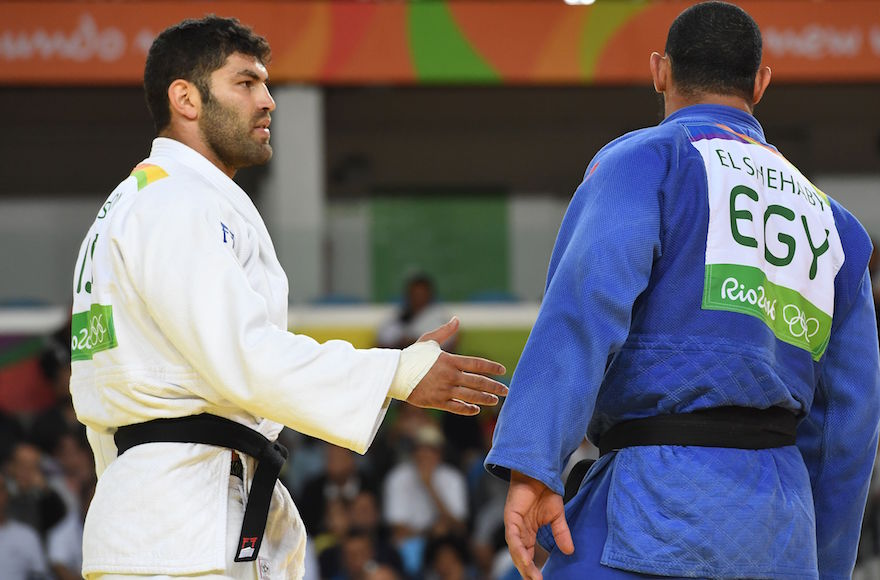 Israel's Or Sasson, left, trying to shake hands with Egypt's Islam Elshehaby after their Olympic judo match in Rio de Janeiro, Aug. 12, 2016.(Toshifumi Kitamura/AFP/Getty Images)