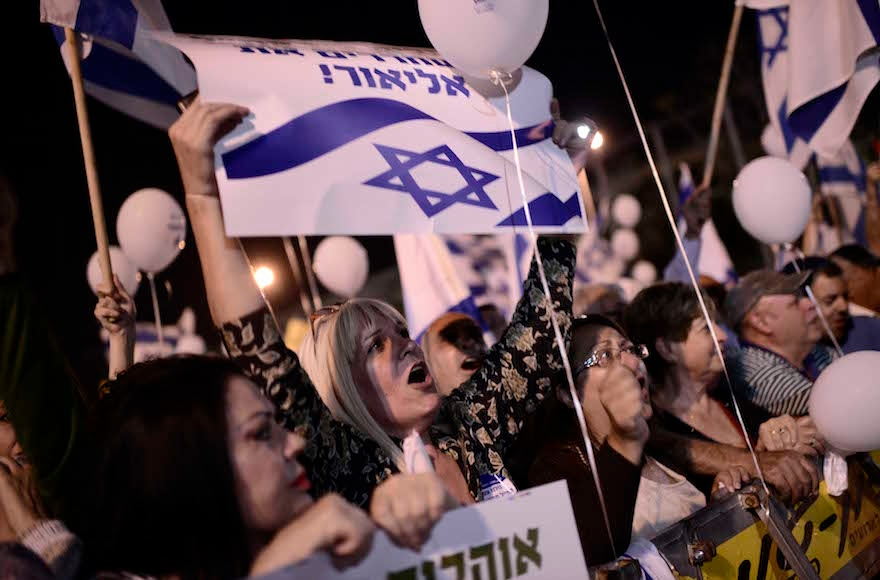 Israelis protesting in support of Elor Azaria at a rally in Rabin Square in Tel Aviv, April 19, 2016. (Tomer Neuberg/Flash90)