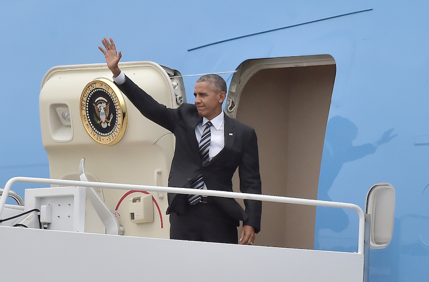 U.S. President Barack Obama waving as he boards Air Force One Joint Base Andrews, Maryland en route to Jerusalem for former Israeli statesman Shimon Peres' funeral, Sept. 29, 2016 (Ron Sachs-Pool/Getty Images)