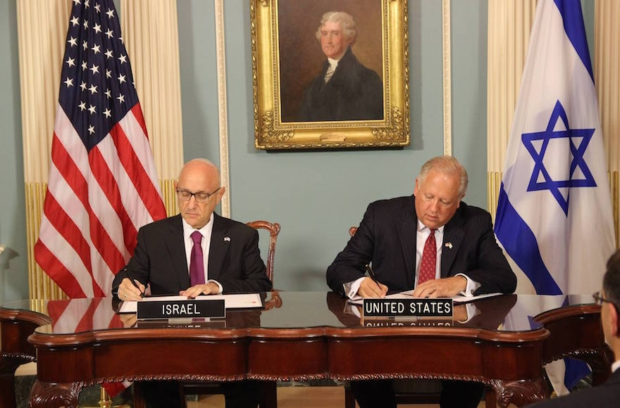 Israeli acting national security adviser Jacob Nagel, left, signing a Memorandum of Understanding for $38 billion over ten years with U.S. Undersecretary of State Tom Shannon, Sept. 14, 2016 (Embassy of Israel)