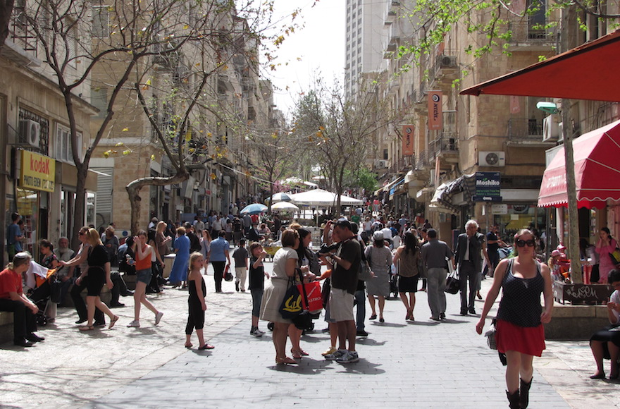 The bustling Ben Yehuda Street pedestrian mall in downtown Jerusalem. (Yoninah/Wikimedia Commons)
