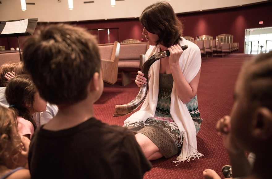 Cantor Kerith Spencer-Shapiro of University Synagogue in Los Angeles teaching children about the customs of the shofar. (Courtesy of the American Conference of Cantors)