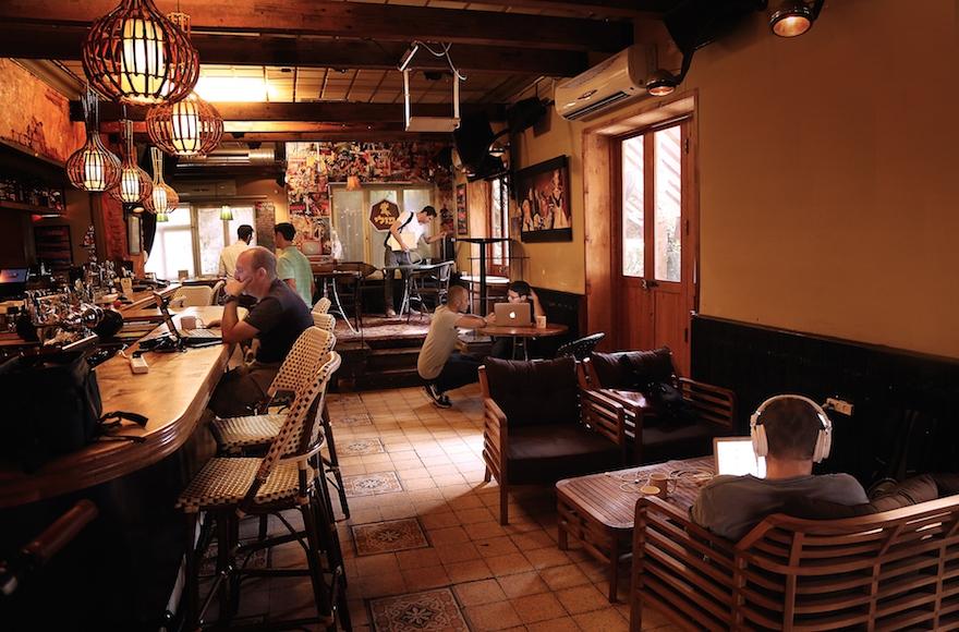 Israelis working at the Pub Hub at Polly Bar in Tel Aviv, Israel, November 2016. (Noi Arkobi)