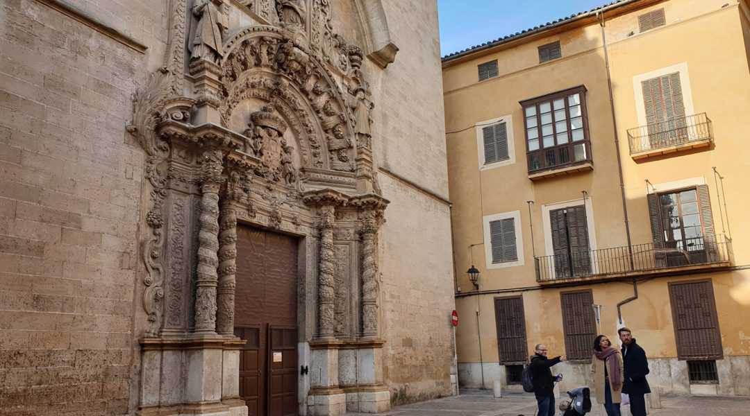 Dani Rotstein, pointing, explaining to German tourists about a church that used to be a synagogue in Palma de Mallorca, Spain on Feb. 11, 2019. Cnaan Liphshiz