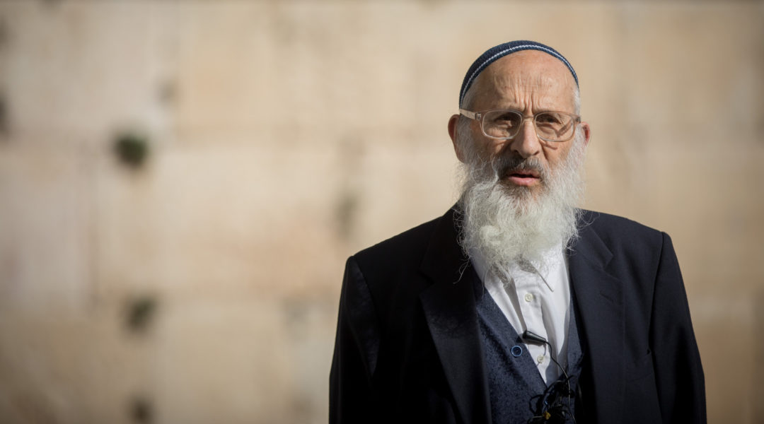 Rabbi Shlomo Aviner, head of the Ateret Cohanim yeshiva delivers a special torah lesson at the mixed-gender prayer section at the Western Wall in Jerusalem's Old City on January 3, 2018 (Yonatan Sindel/Flash90)
