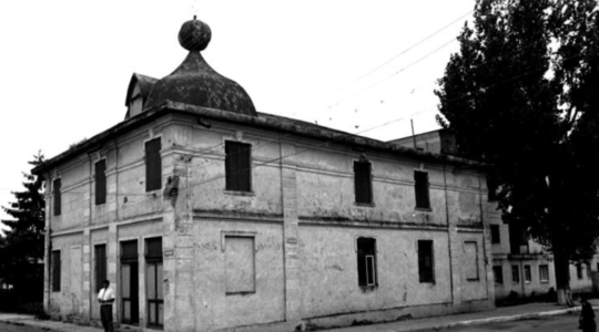 The synagogue in Săveni, Romania in 1996. (Dmitry Vilensky/Center for Jewish Art)