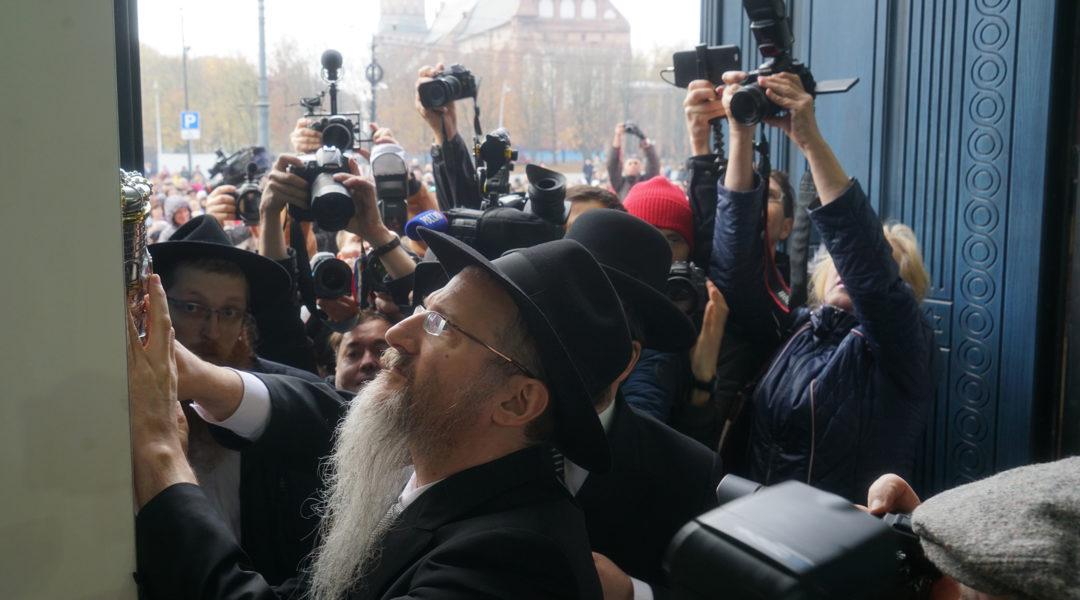 Rabbi Berel Lazar affixing a mezuzah to the front door of the New Synagogue in Kaliningrad, Nov. 8, 2018. (Cnaan Liphshiz)