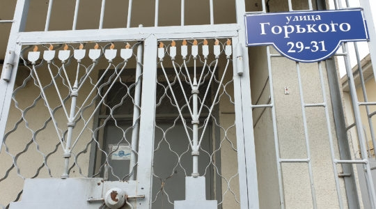 The closed gate of the only active synagogue of Tiraspol, Transnistria. (Courtesy of Roman Yanushevsky/Channel 9)
