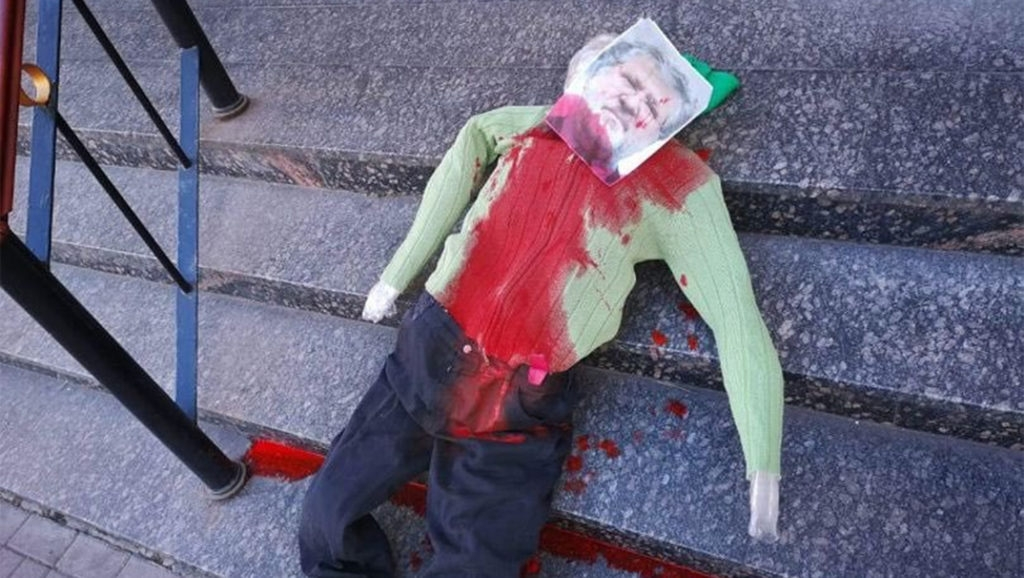 Ukrainian-Jewish billionaire's effigy doused with red paint outside synagogue