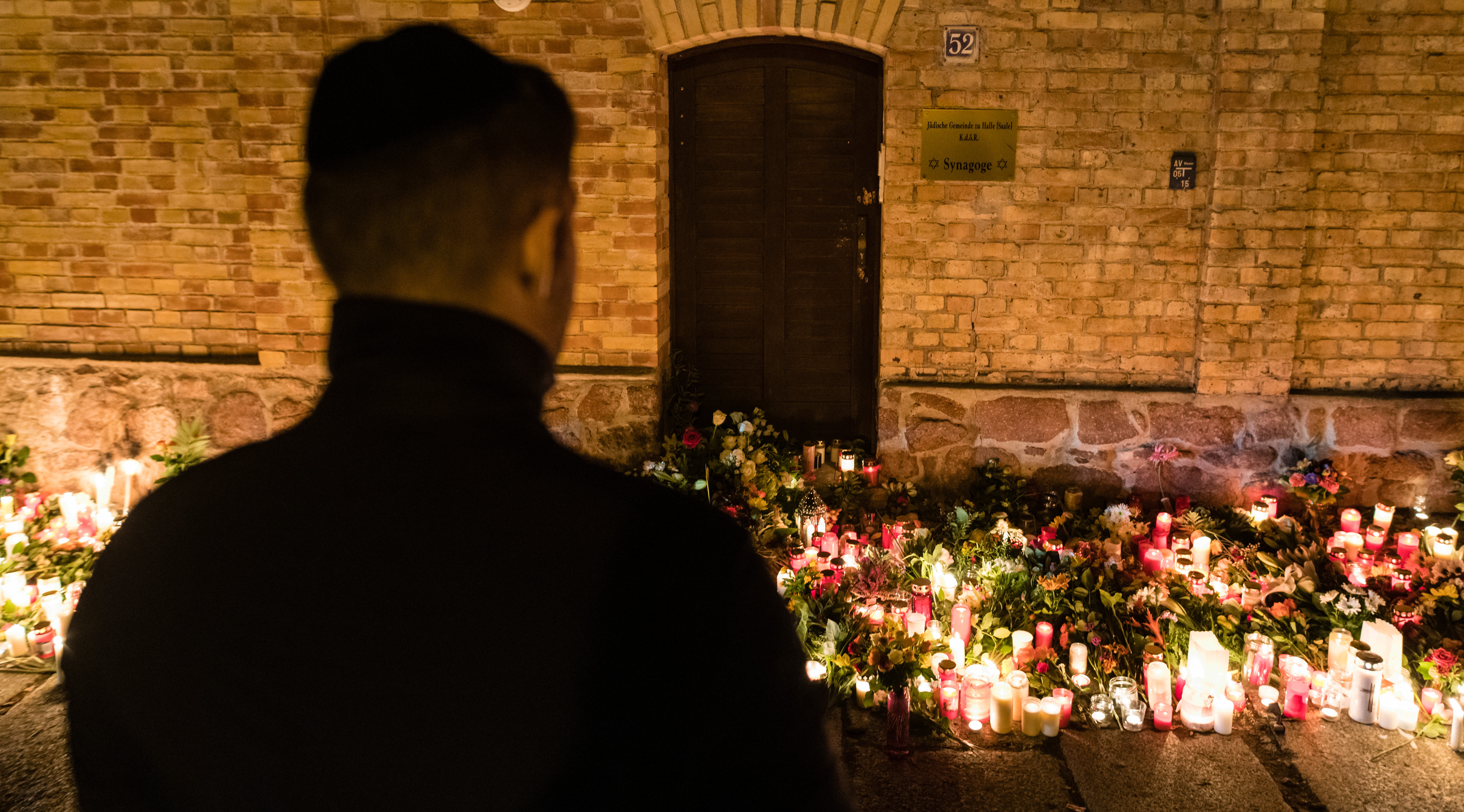 A German police officer allegedly sent fan mail to the gunman who attacked a synagogue...