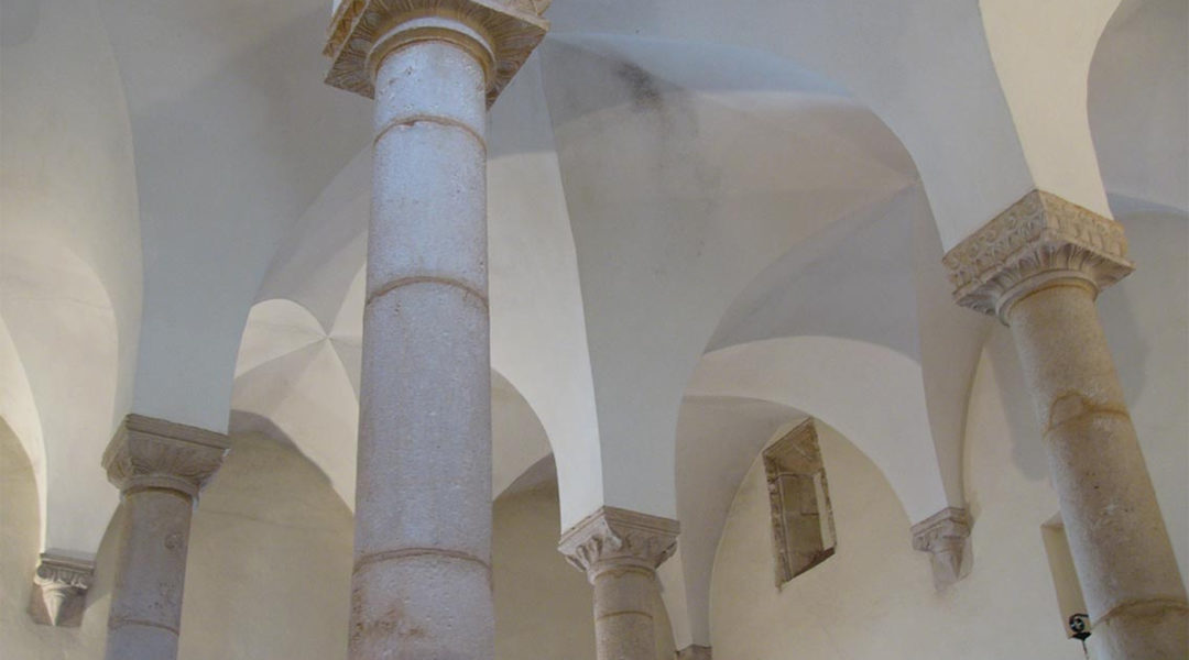 The four pillars of the Synagogue of Tomar, Portugal (Wikimedia Commons)