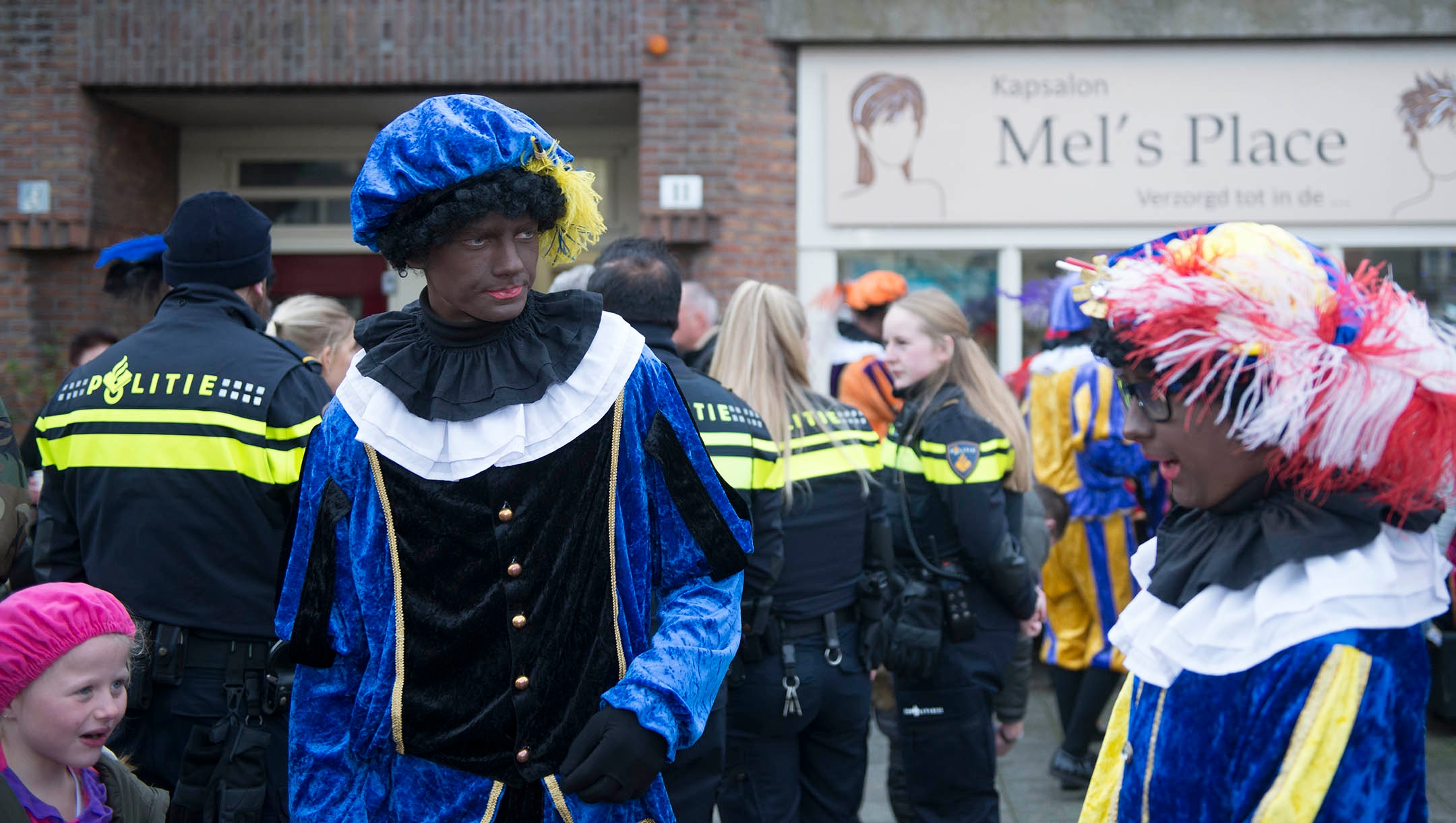 A man dressed like Black Pete entertaining children under police protection in northern Amsterdam, the Netherlands on Nov. 16, 2019. (Cnaan Liphshiz)