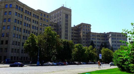 Pedestrian walking past V.N. Karazin Kharkiv National University in Kharkiv, Ukraine on June 21, 2016. (Viktor O. Ledenyov/Wikimedia Commons)