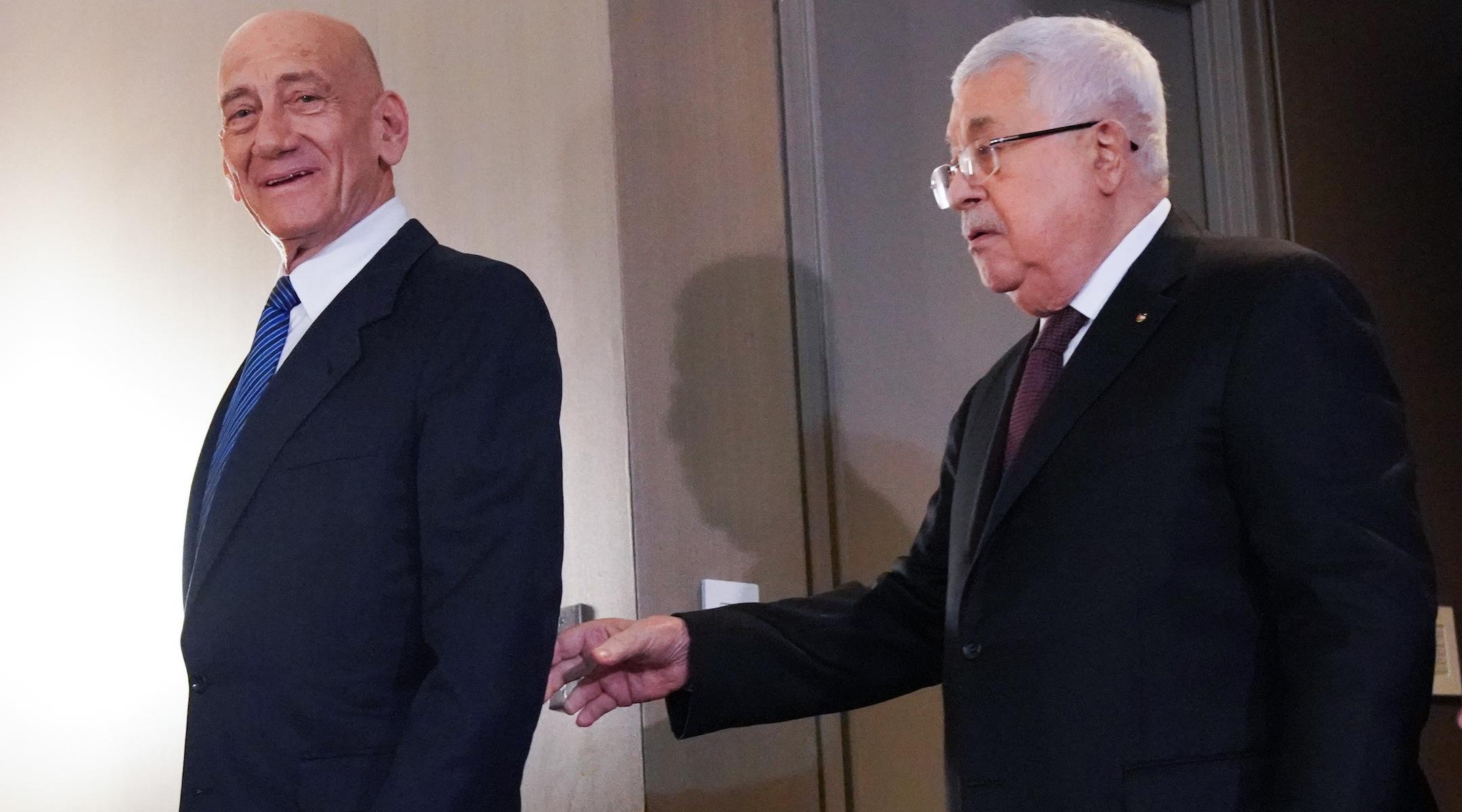 Le président de l'Autorité palestinienne Mahmoud Abbas et l'ancien Premier ministre israélien Ehud Olmert arrivent pour une conférence de presse sur le plan de paix israélo-palestinien du président américain Donald Trump le 11 février 2020, à New York. (Bryan R. Smith / Getty Images)