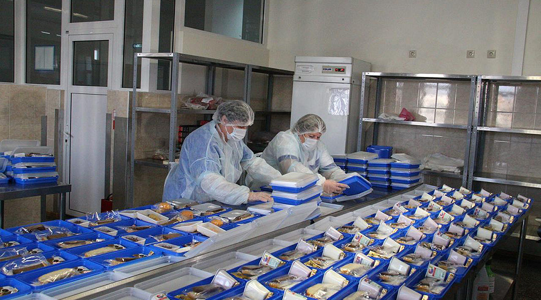 Employees of the Airports of Regions firm preparing meals for Russian over 65 on March 31, 2020. (Courtesy of Airports of Regions)