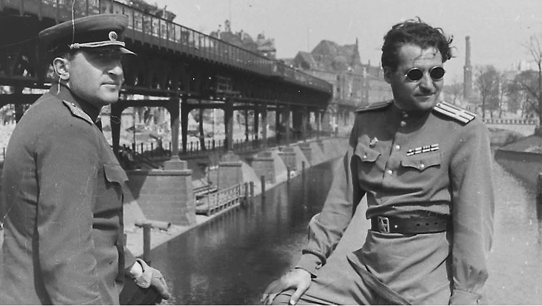 Major-General Matvey Weinrub, left, and writer Konstantin Simonov on the Hallesche-Tor-Brücke Bridge over the Landver Canal in Berlin, Germany in May 1945. (From the collection of the Moscow Jewish Museum and Tolerance Center)
