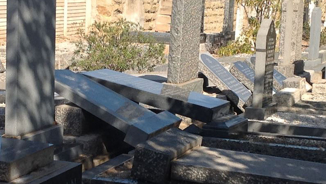 The aftermath of vandalism at the Oudtshoorn Jewish cemetery in South Africa (Cape SAJB)