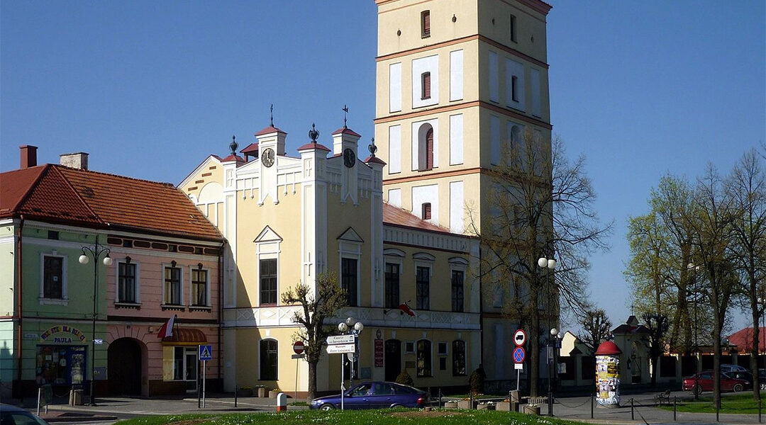 A view of the town hall and market square of Leżajsk, Poland in 2010. (Wikimedia Commons/Krzysztof Dudzik)