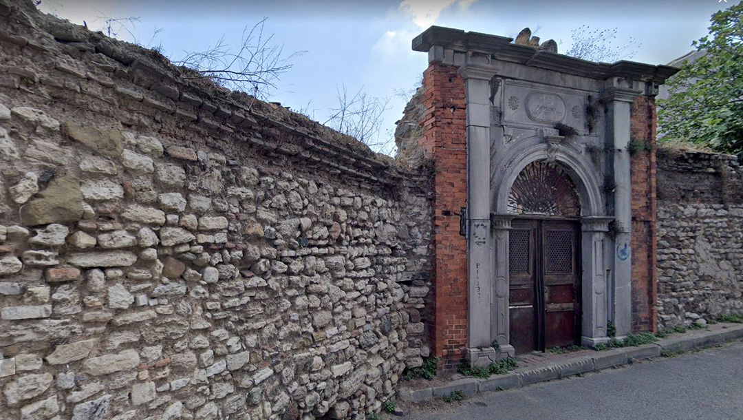 The entrance to the former Kasturya Synagogue in Istanbul, Turkey. (Google)