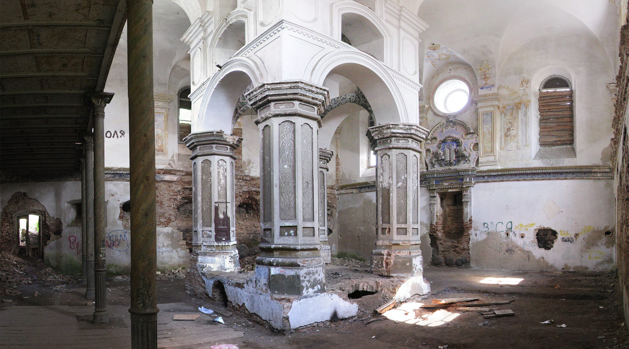 The interior of the Great Synagogue of Slonim, Belarus pictured in 2007. (Wikimedia Commons)
