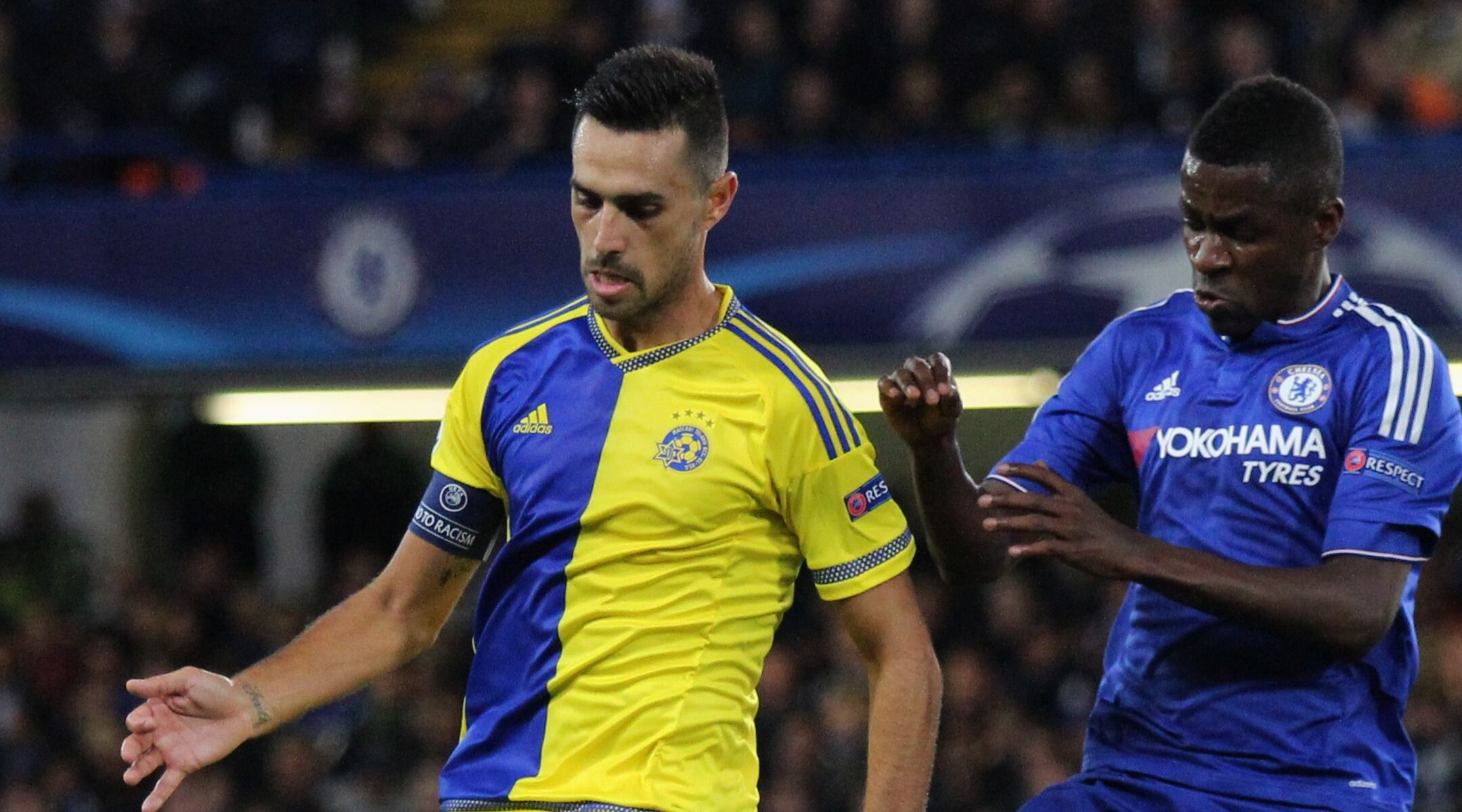 Eran Zahavi, left, plays for Israel at a Champions League game against Chelsea FC in London, UK on Sept. 16, 2016. (Wikimedia Commons)