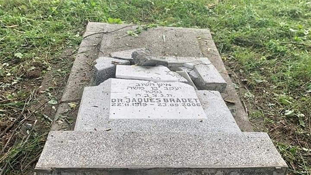 The after math of vandalism at the Jewish cemetery of Ploesti, Romania in June 2021. (MCA Romania)